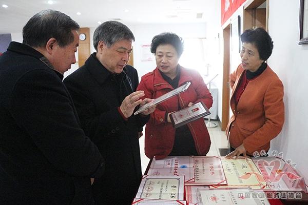 中国商业联合会党委书记张志刚视察阳光大姐