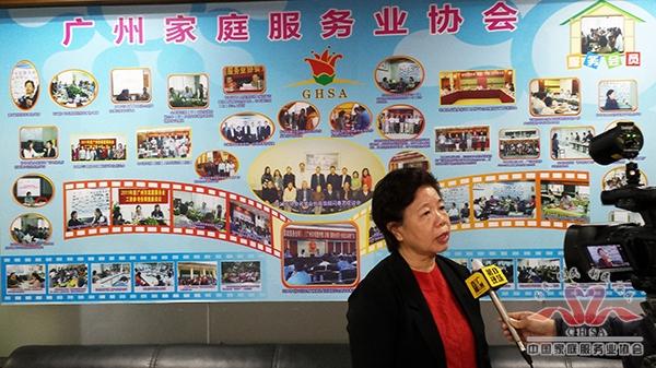 市家协莫小英执行会长接受记者采访
